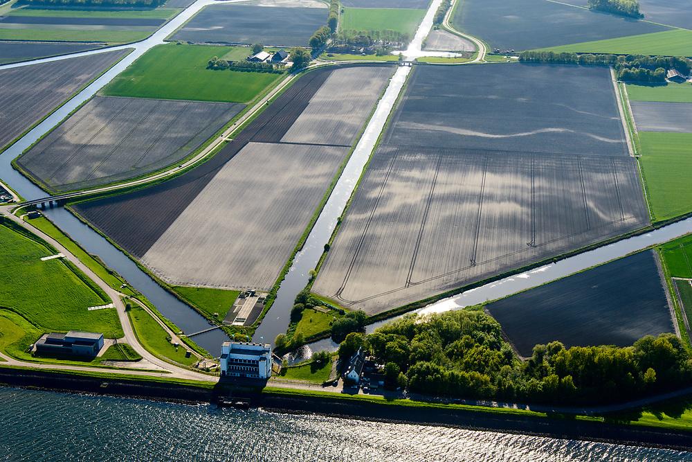 Nederland, Noord-Holland, Medemblik, 07-05-2018; Wieringermeerpolder met gemaal De Lely, een van de twee gemalen verantwoordelijk voor het droogmalen van de Wieringermeer; architect Dirk Roosenburg. <br /> Wieringermeer polder with pumping station De Lely, one of the two pumping stations responsible for the draining of the Wieringermeer.<br /> <br /> <br /> luchtfoto (toeslag op standard tarieven);<br /> aerial photo (additional fee required);<br /> copyright foto/photo Siebe Swart