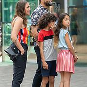 NLD/Amsterdam/20190602 - Familiepremière Huisdiergeheimen 2, London Loy met partner en kinderen