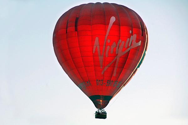 Nederland, Groesbeek,15-4-2007Een groep van twaalf mensen zit in de mand van een luchtballon van Virgin, en maken een vlucht.Foto: Flip Franssen/Hollandse Hoogte