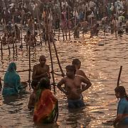 Allahabad 2007 02 02 Kumbh Mela <br /> Morgonritualer vid den heliga floden Ganges.<br /> Massor av folk<br /> <br /> <br /> ----<br /> FOTO : JOACHIM NYWALL KOD 0708840825_1<br /> COPYRIGHT JOACHIM NYWALL<br /> <br /> ***BETALBILD***<br /> Redovisas till <br /> NYWALL MEDIA AB<br /> Strandgatan 30<br /> 461 31 Trollhättan<br /> Prislista enl BLF , om inget annat avtalas.
