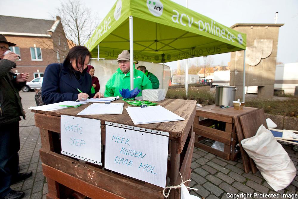 372668-Petitie ACV voor meer bussen - actiefoto van ACV-militanten die actie aan het voeren zijn voor meer bussen -Marktplein Meerhout