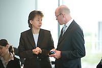 20 AUG 2008, BERLIN/GERMANY:<br /> Beate Baumann, Leiterin des Bueros der Bundeskanzlerin, und Thomas Steg (R), SPD, Stellv. Regierungssprecher, im Gespraech,  vor Beginn einer Kabinettsitzung, Kabinettsaal, Bundeskanzleramt<br /> IMAGE: 20080820-01-023<br /> KEYWORDS: Kabinett, Sitzung, Gespäch
