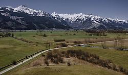 THEMENBILD - Naherholungsgebiet beim Zeller See dahinter der Kitzsteinhorn Gletscher und die umliegenden Berge, aufgenommen am 20. April 2019 in Thumersbach, Oesterreich // local recreation area at the Lake Zell behind the Kitzsteinhorn glacier and the surrounding mountains in Thumersbach, Austria on 2019/04/20. EXPA Pictures © 2019, PhotoCredit: EXPA/ JFK