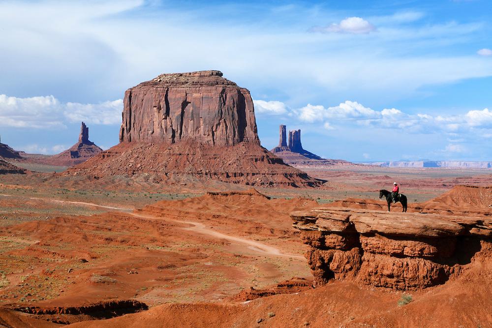 Nativo navajo a caballo, Monument Valley, Arizona (Estados Unidos)