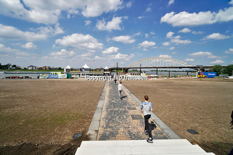 Nederland, Nijmegen, 29-5--2019Herinrichting van de Nijmeegse Waalkade. De kade word gedeeltelijk verlaagd en krijgt een groenere inrichting .Het plan voorziet in meer groen en meer ruimte voor recreatie en voetgangers. De auto zal niet meer terugkomen. Deze reconstructie, herinrichting heeft GEEN relatie met Ruimte Voor De Rivier, het project om de rivieren hoog water bestendig te maken . Foto: Flip Franssen
