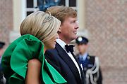 Aankomst van de koninklijke gasten op Paleis Het Loo voor het Diner.<br /> <br /> Arrival of the royal guests at Het Loo Palace for Dinner.<br /> <br /> Op de foto / On the photo: <br />  Koning Willem-Alexander en Koningin Maxima / King Willem-Alexander and Queen Maxima