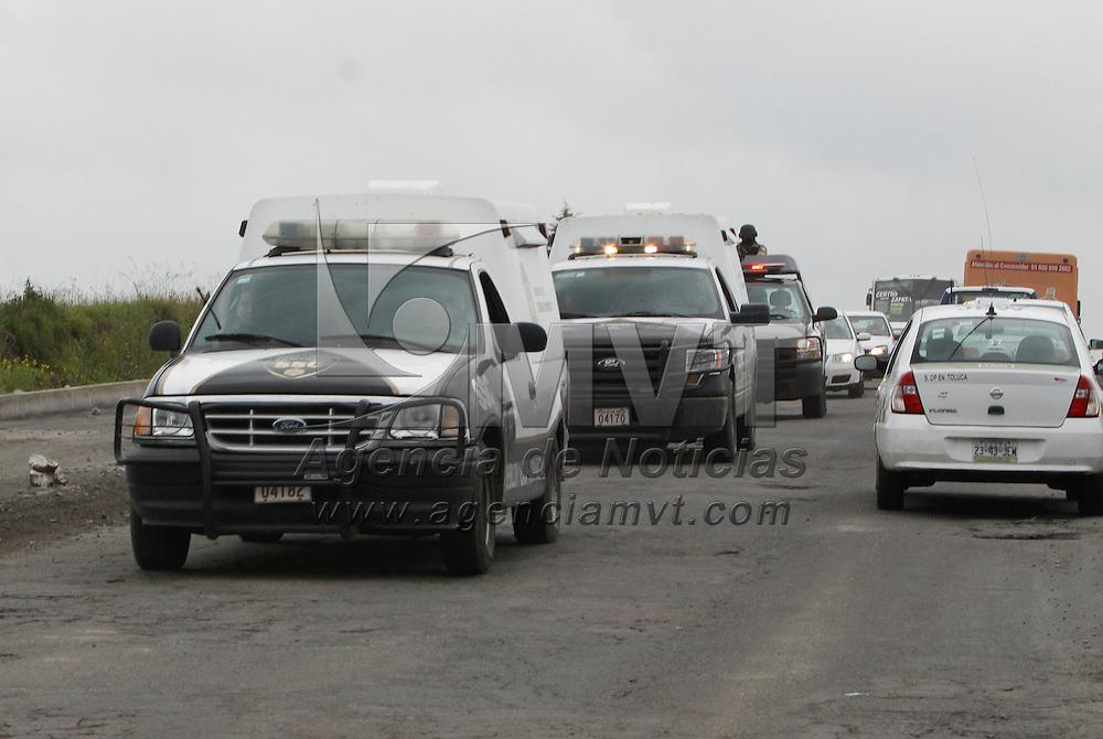 Toluca, México.- En un fuerte operativo de seguridad fueron trasladados 150 reos federales al Aeropuerto Internacional de Toluca para ser enviados a los penales federales de Coahuila, Durango y Tabasco, así como a las Islas Marías. Agencia MVT / Crisanta Espinosa