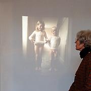 Opening expositie Eeuwige Jeugd Huizen Museum, kinder foto portretten, naakte kinderen foto Ed van der Elsken