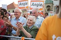DEU, Deutschland, Germany, Oschatz, 22.08.2013:<br />Rentner applaudieren Bundeskanzlerin Dr. Angela Merkel bei einer Wahlkampfveranstaltung der CDU.
