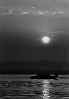"""Benares (Varanasi) Indie, 10.1997. Najbardziej znane na swiecie indyjskie miasto-1,5 mln mieszkancow. Jest najwazniejszym miejscem pielgrzymkowym w Indiach i zarazem najwieksza atrakcja turystyczna kraju. Miasto lezy nad Gangesem (Ganga) swieta rzeka hinduizmu. Kazdy wyznawca hiduizmu przynajmniej raz w zyciu pownien obmyc cialo w wodach Gangesu w Benares, stad mozna powiedziec, ze jest to najwazniejsze miasto dla wyznawcow hinduizmu *** Varanasi, also known as Benares, is a city on the banks of the river Ganges in Uttar Pradesh, India. In the sacred geography of India Varanasi is known as the """"microcosm of India"""". Varanasi is considered as the religious capital of Hinduism *** N/z Ganges fot Michal Kosc / AGENCJA WSCHOD"""
