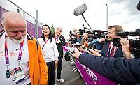 LONDON - Judoka Edith Bosch staat maandag de nationale en internationale pers te woord over haar incident in het Olympisch Stadion. links Cor van der Geest. ANP KOEN SUYK