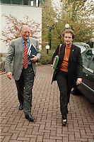 07.10.1998, Germany/Bonn:<br /> Günter Verheugen, MdB, SPD, und Gerda Däubler-Gmelin, MdB, SPD, auf dem Weg zu Koalitionsverhandlungen mit Bündnis 90 / Die Grünen, Landesvertretung Nordrhein-Westfalen<br /> IMAGE: 19981007-02/01-09<br />  <br />            <br /> KEYWORDS: Guenter Verheugen, Herta Daeubler-Gmelin