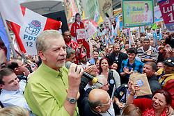 O candidato à reeleição pelo PDT em Porto Alegre, José Fortunati, durante manifestação política na Esquina Democrática, no centro de Porto Alegre. FOTO: Jefferson Bernardes/Preview.com