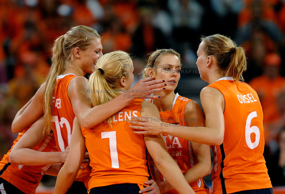 11-11-2007 VOLLEYBAL: PRE OKT: NEDERLAND - AZERBEIDZJAN: EINDHOVEN<br /> Nederland wint ook de de laatste wedstrijd. Azerbeidzjan verloor met 3-1 / Manon Flier, Mirjam Orsel, Ingrid Visser, Debby Stam, Chaine Staelens en Kim Staelens<br /> ©2007-WWW.FOTOHOOGENDOORN.NL