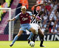 Fotball<br /> Premier League 2004/05<br /> West Bromwich v Aston Villa<br /> 22. august 2004<br /> Foto: Digitalsport<br /> NORWAY ONLY<br /> Martin Laursen holds of West Brom's Kanu