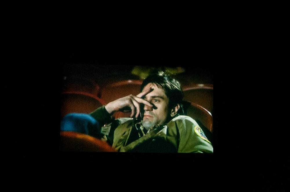 20181101/ Javier Calvelo - adhocFOTOS/ URUGUAY/ MONTEVIDEO/ Centro de Documentación Cinematográfica, Sala Cinemateca y Sala 2 en Lorenzo Carnelli 1311/ Proyecto documental sobre el ultimo mes de funciones en la vieja y tradicional infraestructura de salas de la Cinemateca Uruguaya. Cinemateca Uruguaya es una filmoteca uruguaya con sede en Montevideo, Uruguay, fundada el 21 de abril de 1952. Es una asociación civil sin fines de lucro cuyo objetivo es contribuir al desarrollo de la cultura cinematográfica y artística en general.<br /> Trabajadores: Guillermina Martín Bibliotecologa , Susana Roura y Lucero Trelles en Boleteria, Martin Ramirez proyeccionesta sala 2, Jorge Barboza Sala Cinemateca, <br /> Alejandra Frechero coordinacion , Silvana Silveira encargada depto comercial  , Magela Richero administracion <br /> En la foto: Robert de Niro en la pantalla de Sala 2 de Cinemateca Uruguaya durante la proyección de Taxi Driver de Martin Scorsese . Foto: Javier Calvelo/ adhocFOTOS