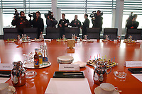 25 JAN 2002, BERLIN/GERMANY:<br /> Platz des Bundeskanzlers und wartende Fotografen und Kameramaenner, vor Beginn der Sitzung Buendnis fuer Arbeit, Kleiner Kabinettsaal, Bundeskanzleramt<br /> IMAGE: 20020125-01-003<br /> KEYWORDS: Bündnis für Arbeit, Kamera, Camera, Fotograf, photographer, Tisch,