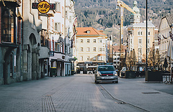 24.03.2020, Innsbruck, AUT, Coronaviruskrise, Österreich, im Bild Einsatzfahrzeug der Polizei auf Streifenfahrt während der Coronavirus Pandemie // Police car on patrol during the Coronavirus pandemic, Innsbruck, Austria on 2020/03/24. EXPA Pictures © 2020, PhotoCredit: EXPA/ JFK