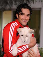 Fotball<br /> Tyskland<br /> Foto: Witters/Digitalsport<br /> NORWAY ONLY<br /> <br /> 04.01.2009<br /> <br /> Luca Toni mit einem weissen Loewenbaby im Privatzoo des Scheichs<br /> <br /> Fussball Trainingslager FC Bayern München in Dubai