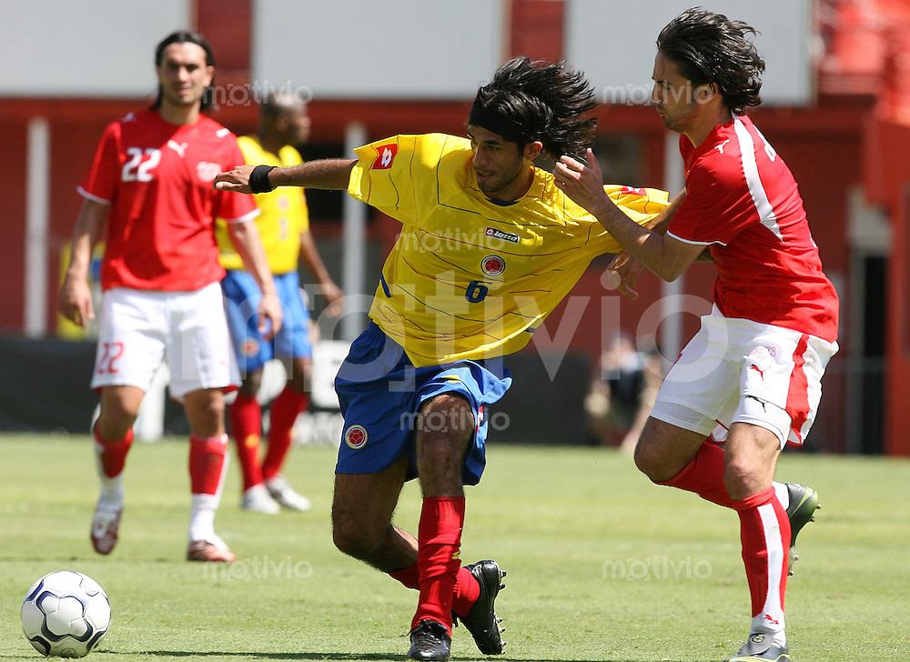 Fussball International Testspiel  Schweiz 1-3 Kolumbien Fabian Vargas (COL,li) gegen Ricardo Cabanas (SUI)