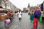 Nederland, Nijmegen, 21-11-2020 Actievoerders, sympathisanten van viruswaarheid, delen flyers uit op straat bij de markt. Zij willen aandacht vragen voor hun standpunt mbt de coronamaatregelen van het kabinet die zij onnodig, inconsequent en te ingrijpend vinden . Foto: ANP/ Hollandse Hoogte/ Flip Franssen