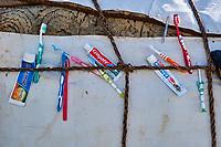 Kirghizistan, province de Naryn, le lac de Song Kol, campements de yourte des nomades Kirghiz, brosses à dent// Kyrgyzstan, Naryn province, Song Kol lake, Kirghiz nomad's yurt camp, toothpaste and toothbrush