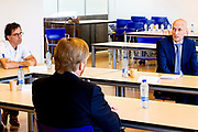 Koning Willem Alexander tijdens een werkbezoek aan het Landelijk Coördinatiecentrum Patiënten Spreiding (LCPS) in het Erasmus MC in Rotterdam.<br />