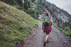 THEMENBILD - eine Frau waehrend einer Wanderung entlang des Wasserfallweges, aufgenommen am 28. Juli 2019 in Fusch a. d. Grossglocknerstrasse, Oesterreich // a Woman during a hike along the waterfall trail in Fusch a. d. Grossglocknerstrasse, Austria on 2019/07/28. EXPA Pictures © 2019, PhotoCredit: EXPA/ JFK