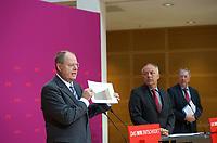 DEU, Deutschland, Germany, Berlin, 15.08.2013:<br />V.l.n.r. SPD-Kanzlerkandidat Peer Steinbrück, Thüringens Wirtschaftsminister Matthias Machnig (SPD), im Kompetenzteam des Kanzlerkandidaten zuständig für Energie- und Umweltpolitik, und Rolf Kleine, Sprecher des Kanzlerkandidaten, während einer Pressekonferenz im Willy-Brandt-Haus zur Energiepolitik. Peer Steinbrück zeigt hier einen Chart, der den Anstieg der Energiepreise unter der Schwarz-Gelben Regierung verdeutlichen soll.