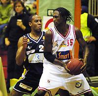 Basketball, BLNO Kongsberg Penguins - Centrum Tigers 14. november 2001. Rodney Hawthorne, Kongsberg og Dontay Harris (55), Centrum.