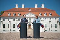 05 JUN 2010, GRANSEE/GERMANY:<br /> Dimitri Medwedew (L), Praesident Russische Foerderation, und Angela Merkel (R), CDU, Bundeskanzlerin, Pressekonferenz nach einem Gespraech, vor dem Gaestehaus der Bundesregierung Meseberg<br /> IMAGE: 20100605-01-025