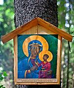 Obraz Matki Boskiej z Dzieciątkiem, który według podań ludowych, upamiętnia miejsce śmierci drwali przygniecionych drzewem.