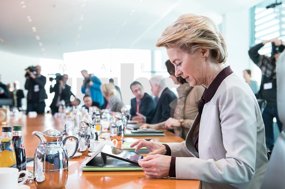 27 FEB 2019, BERLIN/GERMANY:<br /> Ursula von der Leyen, CDU, Budnesverteidigungsministerin, tippt auf ihr iPad, vor Beginn der Kabinettsitzung, Bundeskanzleramt<br /> IMAGE: 20190227-01-014<br /> KEYWORDS: Kabinett, Sitzung