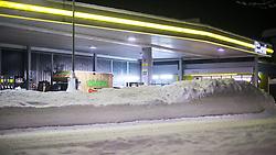 01.02.2014, B 100, Lienz, AUT, Schneefälle in Oberkärnten und Osttirol, im Bild die lokale Eni Tankstelle versinkt im Schnee. Über Nacht vielen bis zu 1,2 Meter Neuschnee in weiten Teilen Oberkärnten und Osttirols und forderten bereits zwei Todesopfer. EXPA Pictures © 2014, PhotoCredit: EXPA/ JFK