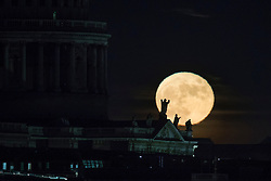 © Licensed to London News Pictures. 14/12/2016. London, UK. The last Super Moon of 2016 rises above statues on St Paul's Cathedral. Photo credit: Peter Macdiarmid/LNP
