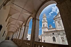 Lecce - Piazza Duomo vista dal porticato del Vescovo.