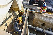 Nederland, Nijmegen, 6-3-2014 Aanleg van een pijp voor het transport van warmwater voor de toekomstige stadsverwarming vanuit de afvalverwerkingsinstallatie,afvalverbrandingsinstallatie, in Weurt naar verschillende delen van de stad zoals de Waalsprong in Lent en het Radboudumc. Onder hoge druk wodt het water door de buizen gestuurd. Lassers zijn de verschillende delen aan elkaar te lassen, verbinden. Foto: Flip Franssen/Hollandse Hoogte