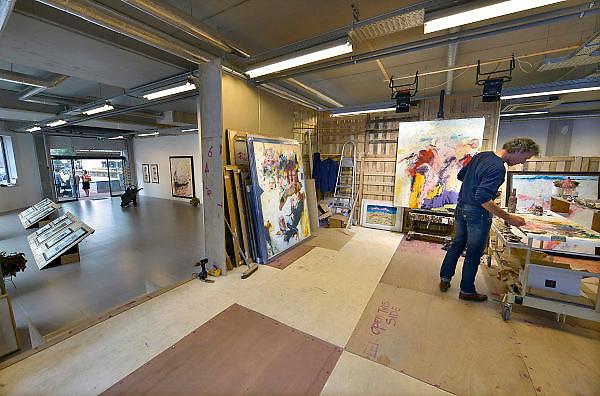 Nederland, Nijmegen, 19-11-2015Kunstschilder Richard Smeets heeft op het Koningsplein in een moeilijk te verhuren winkelpand een pop-up galerie gesticht. Hij exposeert en verkoopt er zijn werk en tevens is er een atelierruimte in gebouwd waar hij aan het werk is. De galerie bevindt zich in het nieuwe pand waar ook Osnabrugge in gevestigd is.Foto: Flip Franssen