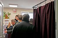 Kulesze Koscielne, woj podlaskie, 13.10.2019. Glosowanie w Obowodowej Komisji Wyborczej nr 3. W wyborach 2015 roku na PiS glosowalo tutaj 88% wyborcow N/z glosowanie w OKW nr 3 w urzedzie gminy fot Michal Kosc / AGENCJA WSCHOD
