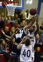 Basketball, 2. oktober 2002. BLNO, Kongsberg Penguins - Kristiansand Pirates. Darnell McCulloch, Kongsberg, i duell med Errick Greene, Kristiansand.