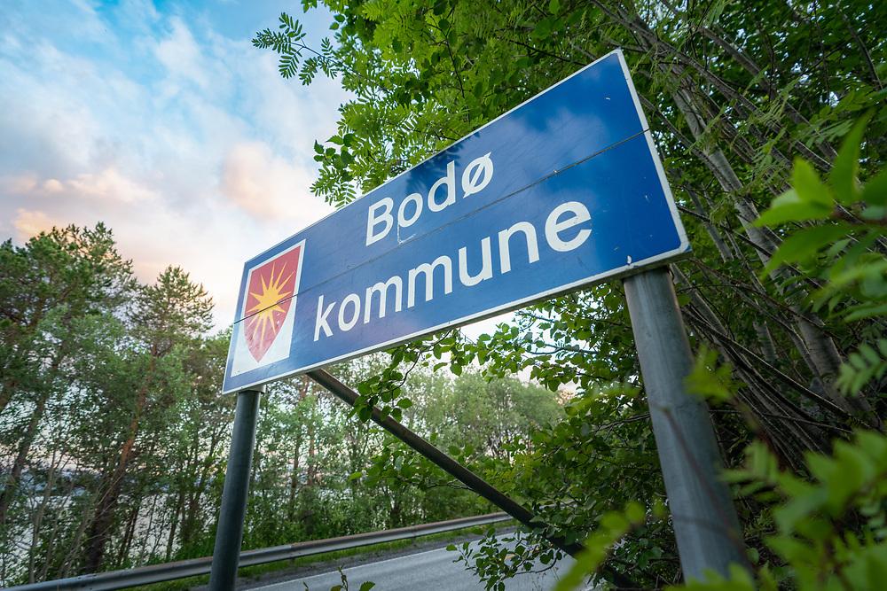 Trafikkskilt som varsler grense mellom Fauske kommune og Bodø kommune langs riksvei 80 (737.3K kommunegrenseskilt).
