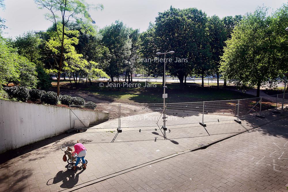 Nederland, Amsterdam , 5 mei 2014.<br /> Platanenweg in Amsterdam Oost met aan de linkerkant het kersverse Wibautpark.<br /> Foto:Jean-Pierre Jans