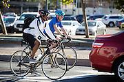 Fietsers in San Francisco wachten achter een auto. De Amerikaanse stad San Francisco aan de westkust is een van de grootste steden in Amerika en kenmerkt zich door de steile heuvels in de stad. Ondanks de heuvels wordt er steeds meer gefietst in de stad.<br /> <br /> Cyclists in San Francisco are waiting behind a car. The US city of San Francisco on the west coast is one of the largest cities in America and is characterized by the steep hills in the city. Despite the hills more and more people cycle.