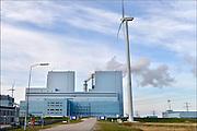 Nederland, Groningen, Eemshaven, 15-4-2015In de Eemshaven wordt door verschillende electriciteitsbedrijven stroom geproduceerd. De grote blaauwe centrale van RWE, voorheen Essent, springt het meest in het oog. Ook Electrabel, Eemscentrale, en Nuon, Vattenfall hebben hun eenheden. Naast de traditionele centrales staat er ook een windmolenpark met ruim 90 molens.FOTO: FLIP FRANSSEN/ HOLLANDSE HOOGTE