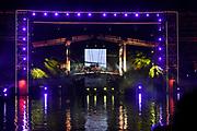 Slotfeest 200 jaar Koninkrijk op de Amstel met een muzikaal feest rondom de Magere Brug.<br /> <br /> Op de foto:  Rowwen Hèze