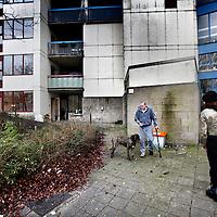 Nederland, Amsterdam , 20 januari 2014.<br /> Bewoners van wooncomplex Louweshoek in Slotervaart zijn geschokt door de zoveelste blunder met betrekking tot asbest.<br /> Gisteren maakte wooncorporatie Woonzorg Nederland bekend dat er tóch asbestdeeltjes in een woning zijn gevonden, terwijl het huis eerder veilig was verklaard. De bewoner van de woning is hierdoor besmet geraakt met de gevaarlijke stof. Buurtbewoners vinden het een schande en hebben geen vertrouwen meer in een goede afloop.<br /> Op de foto bewoner Mike Bron laat zijn hond uit.<br /> <br /> Foto:Jean-Pierre Jans