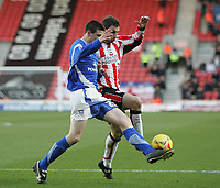 Photo: Lee Earle.<br /> Southampton v Ipswich Town. Coca Cola Championship. 21/01/2006. Ipswich's Owen Garvan (L) and Rory Delap go for the ball.