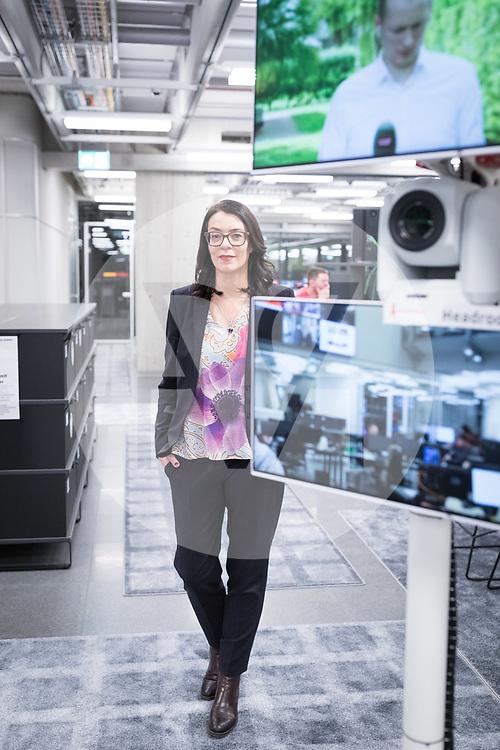 SCHWEIZ - ZÜRICH - SRF-Direktorin Nathalie Wappler im neuen Newsroom, rechts im Bild eine Kamera für Direktschaltungen aus dem Newsroom - 18. Dezember 2019 © Raphael Hünerfauth - http://huenerfauth.ch