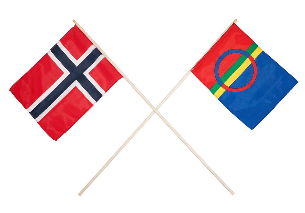 Norsk og samisk flagg i kryss. Norsk flagg på venstre side, samisk flagg på høyre side. Isolert mot hvit bakgrunn.