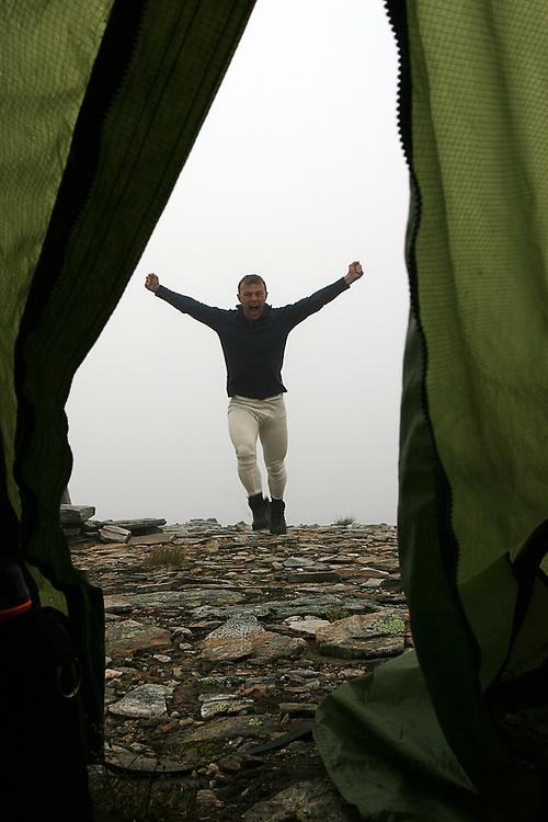 Mann i ullundertøy på vei mot teltet, man with wool underwear on his way to the tent